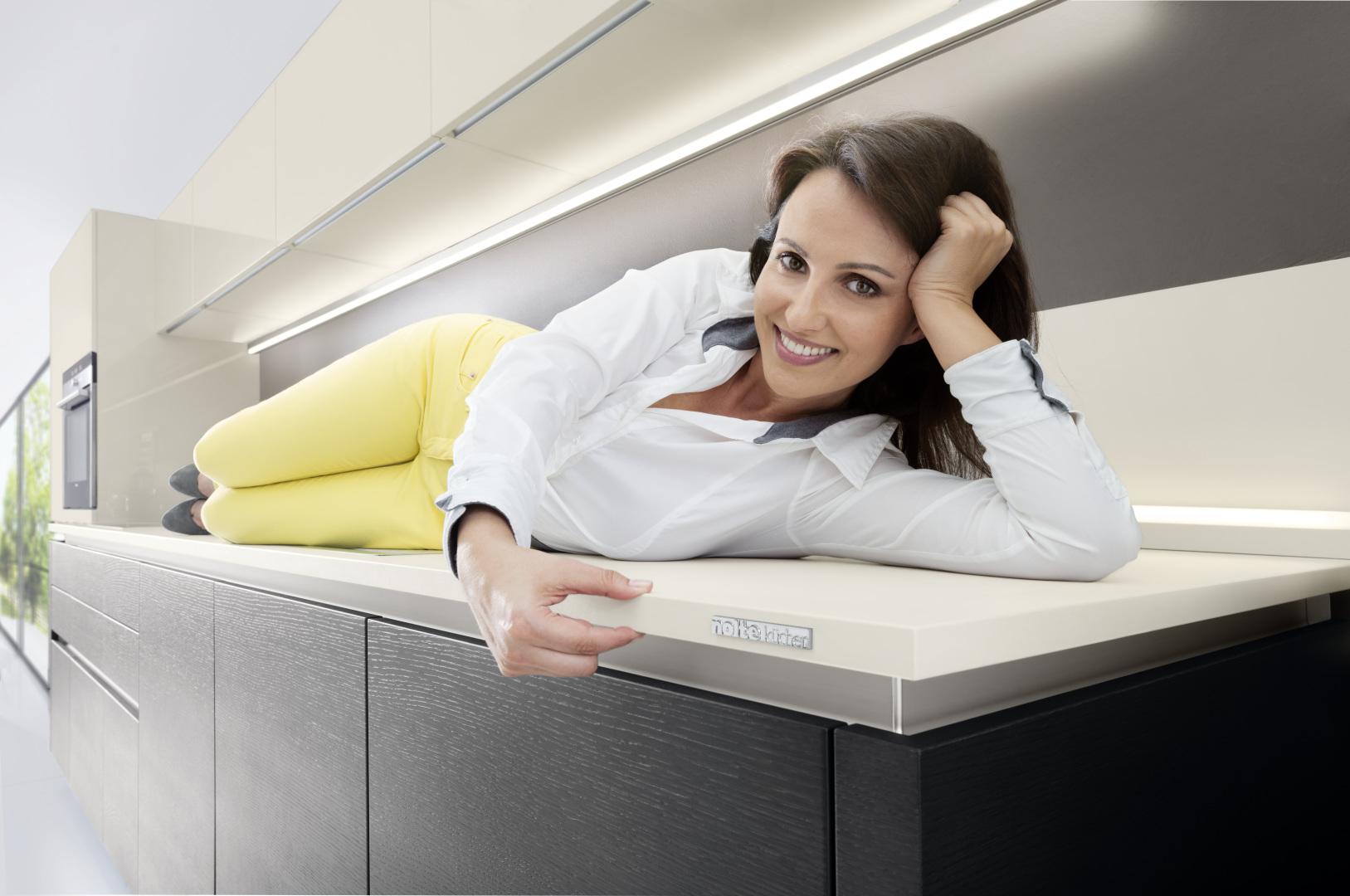 kobietą leżąca na laminowanym blacie kuchennym