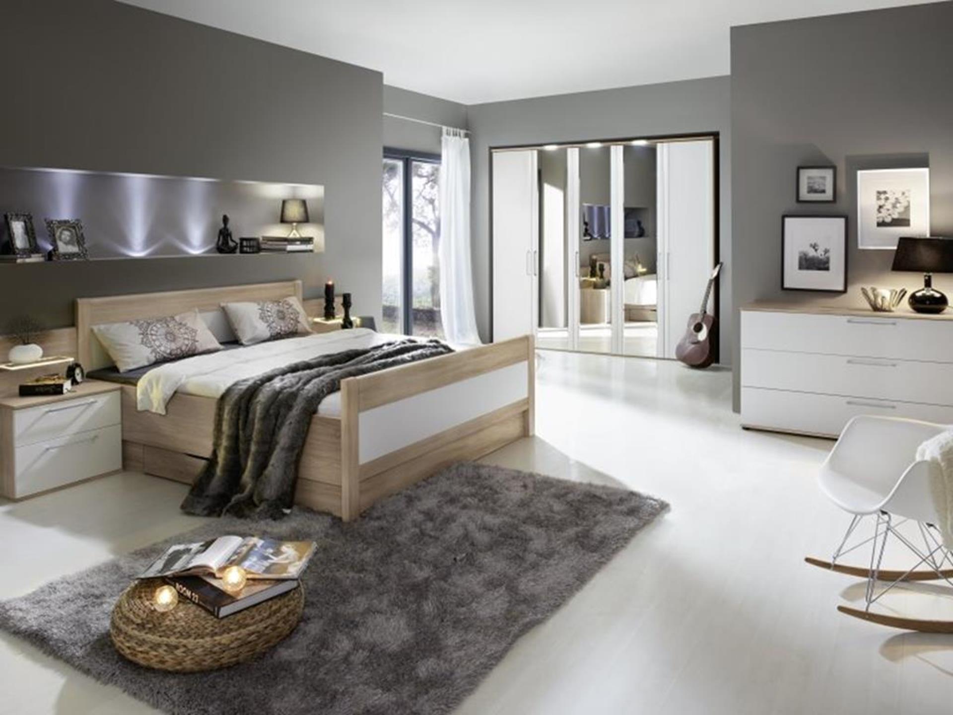 drewniane łóżko w stylowej sypialni