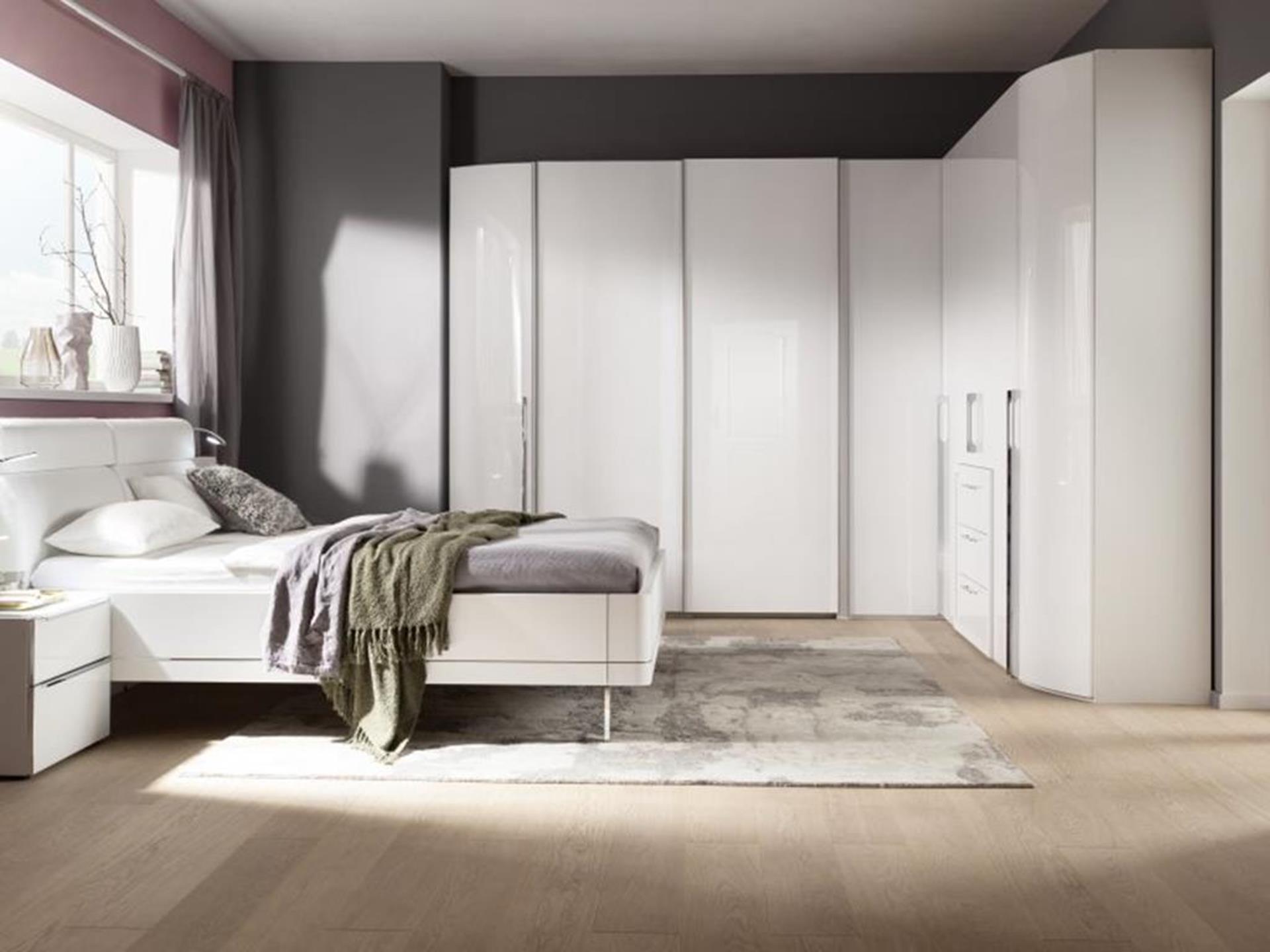 biała szafa i łóżko firmy nolte kuchen