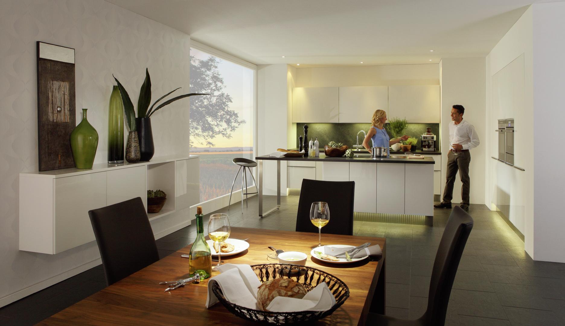 biała kuchnia ze szklanymi frontami nolte kuchen glas tec plus kuchnia połączona z salonem