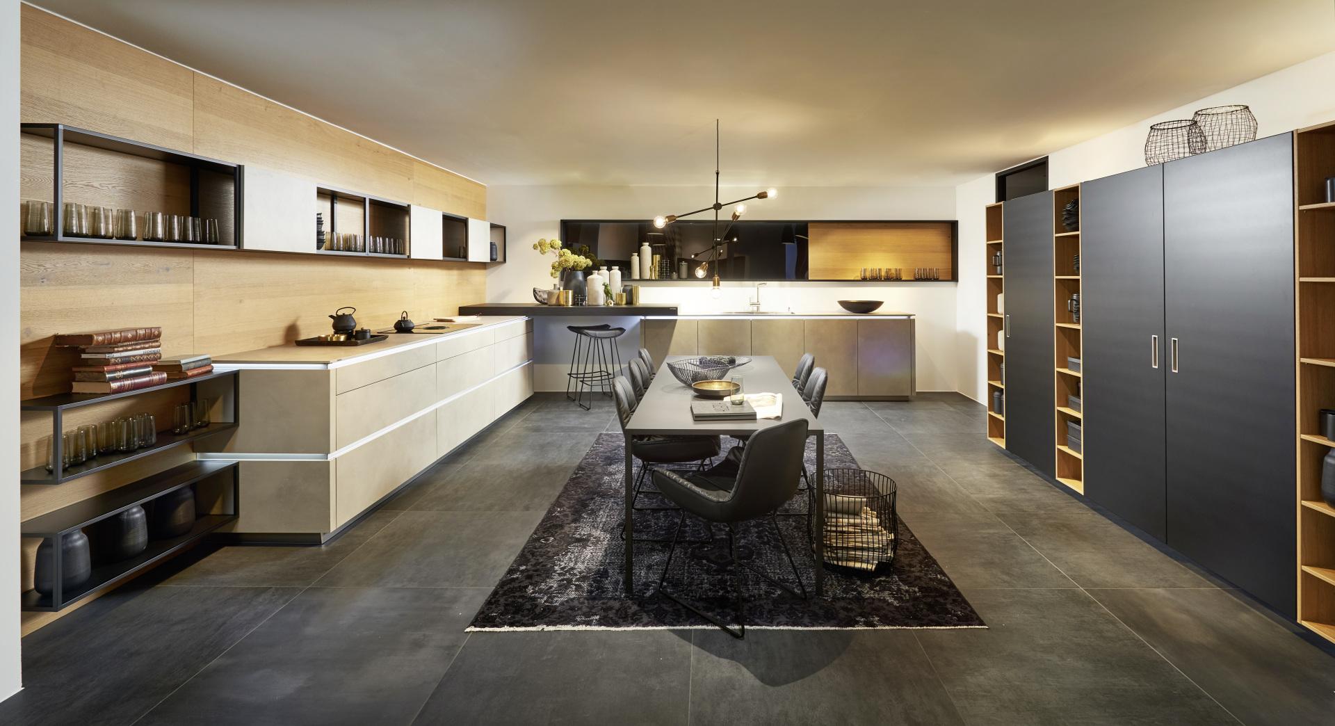 Kuchnia z cementowymi frontami, czarne matowe szafy