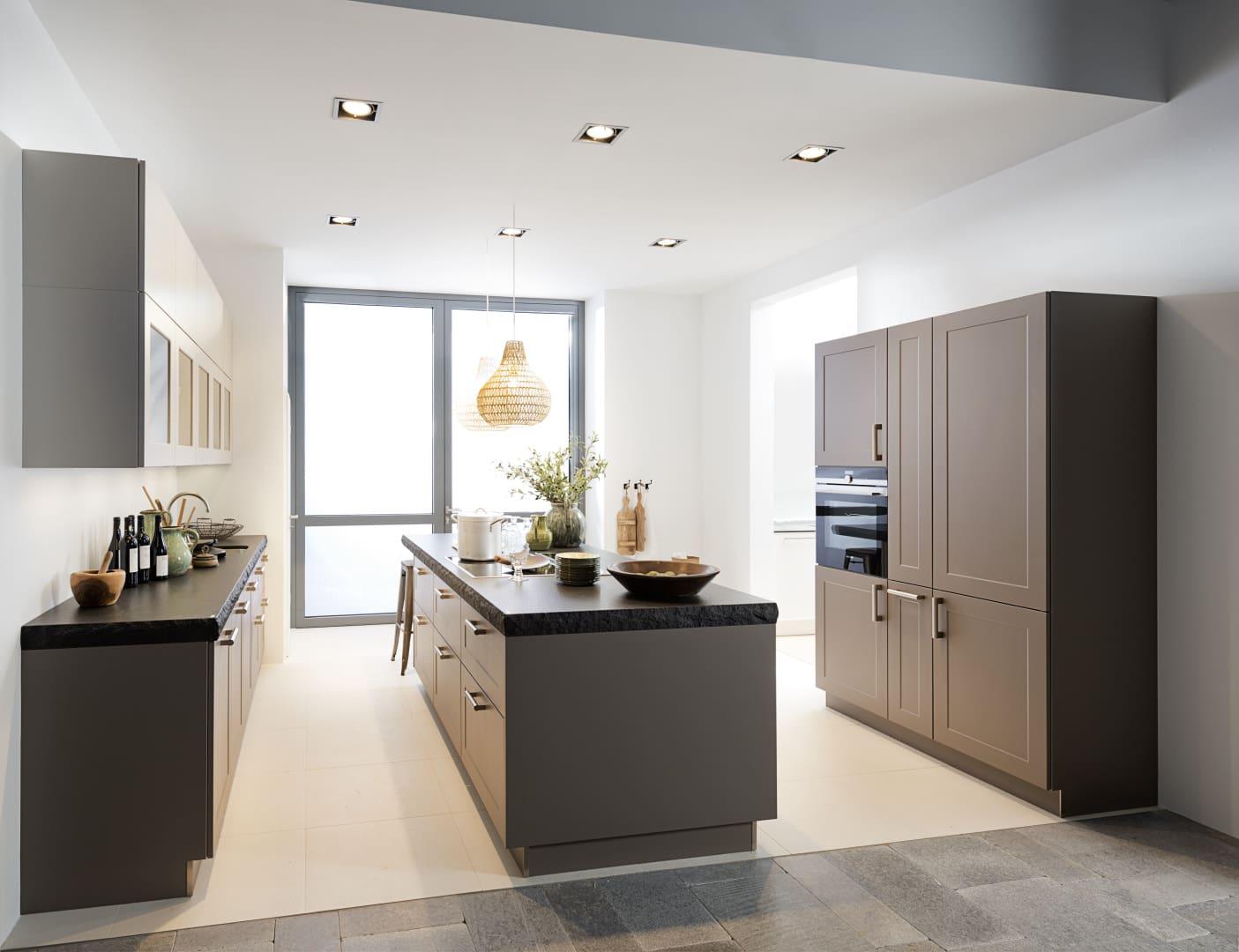 ciemno-beżowa kuchnia z ramką nolte kuchen model frame lack
