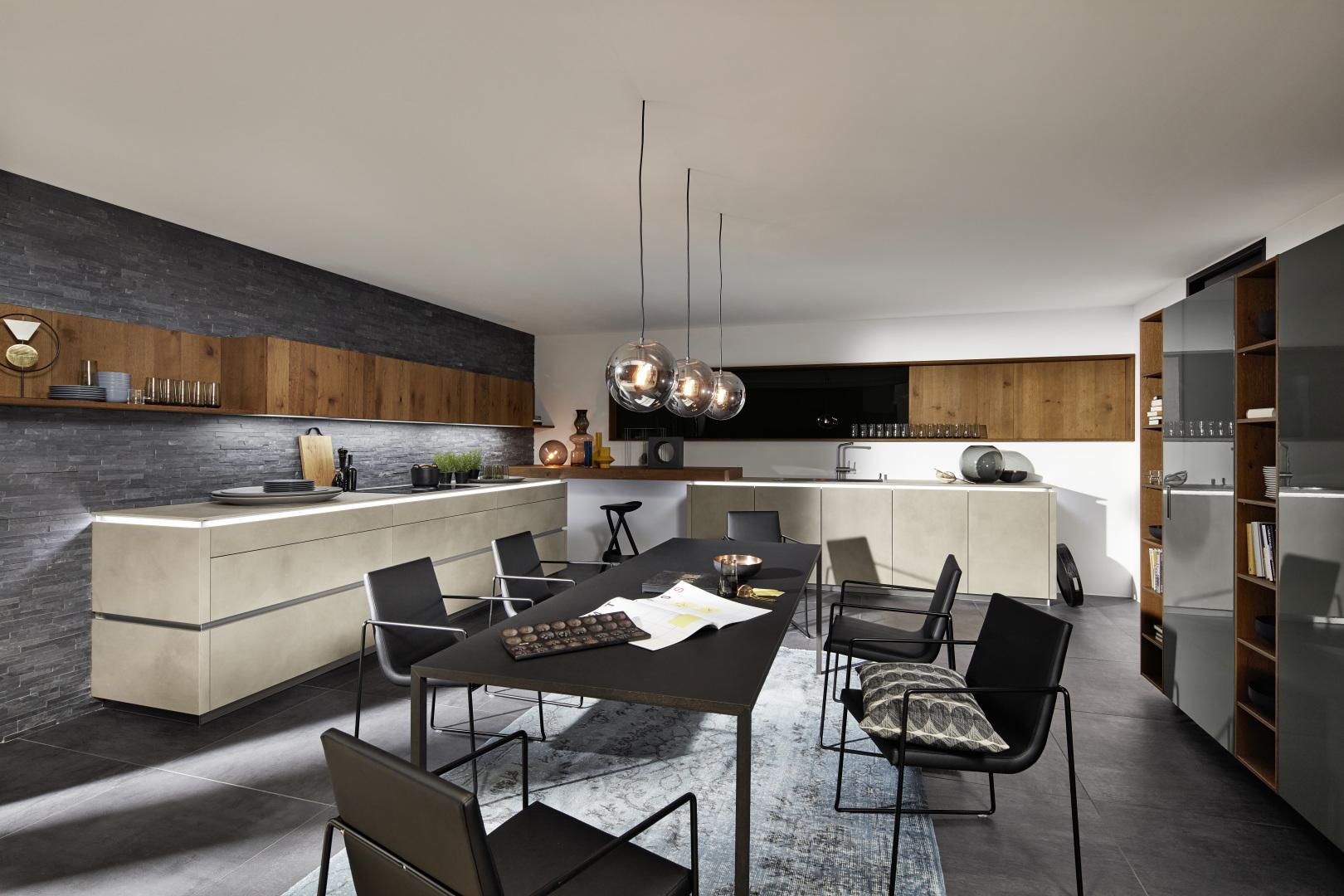 Cementowa kuchnia połączona z salonem