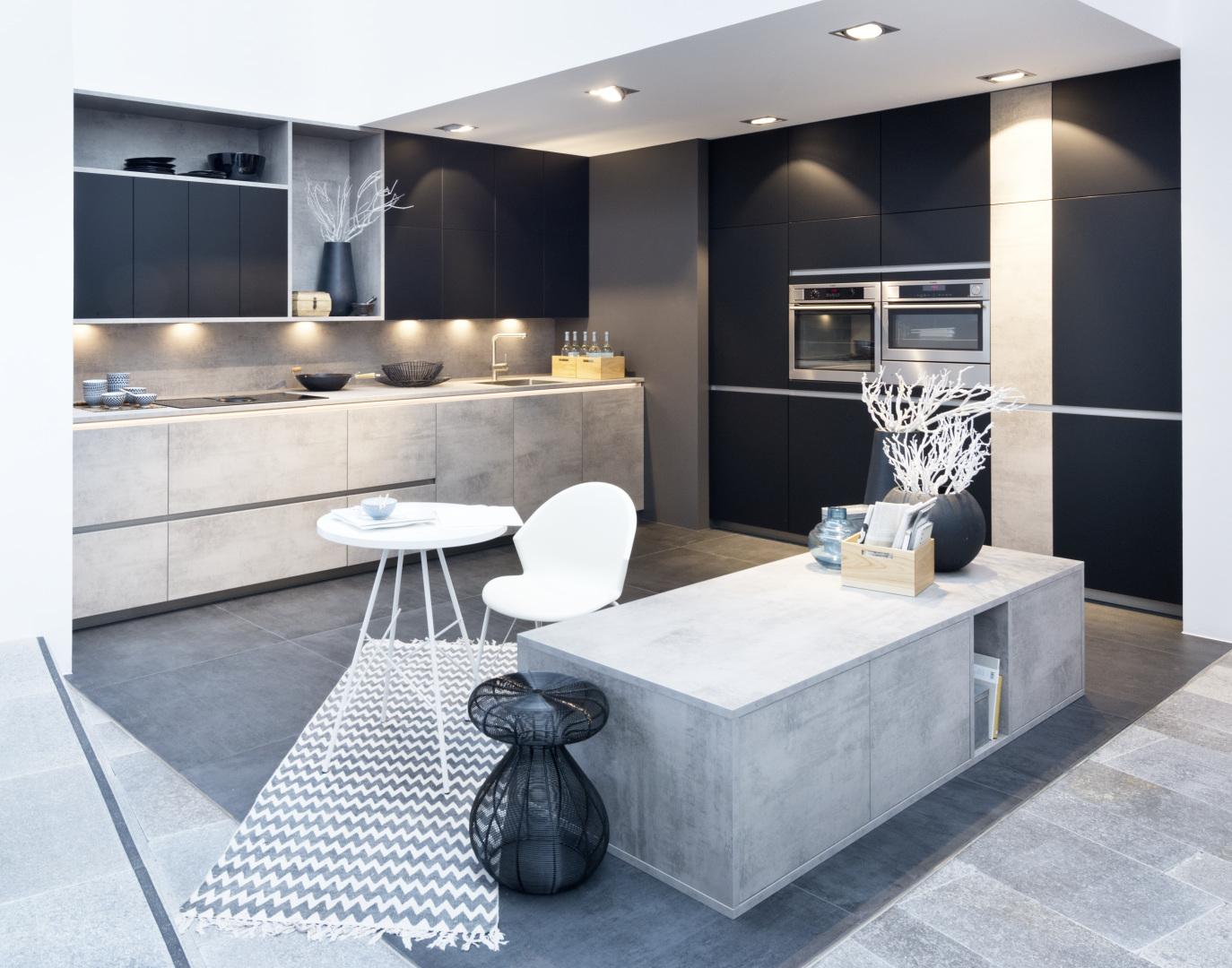 nowoczesna kuchnia w odcieniach czarnego matu, w połączeniu z betonem