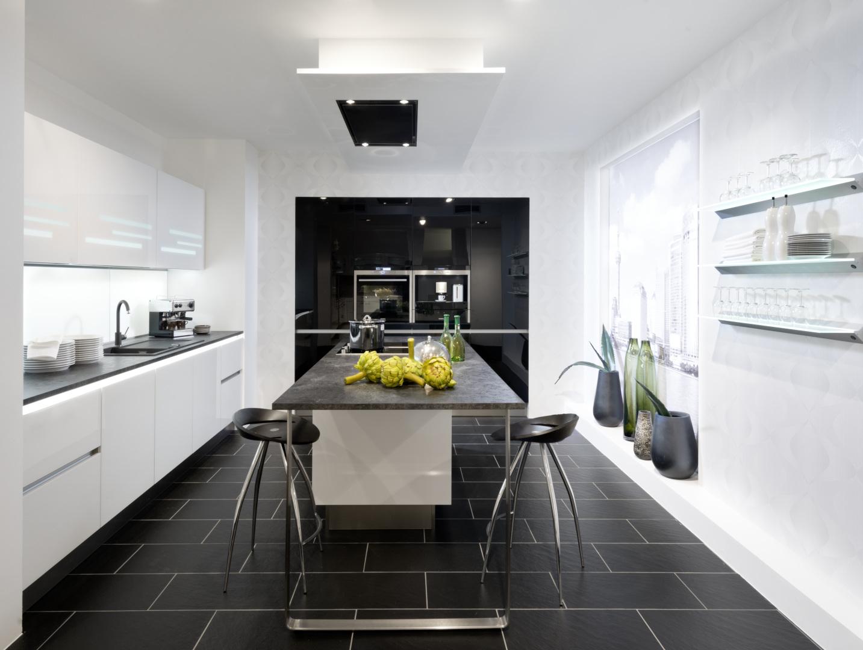 biała kuchnia ze szklanymi frontami nolte kuchen glas tec plus czarne słupki
