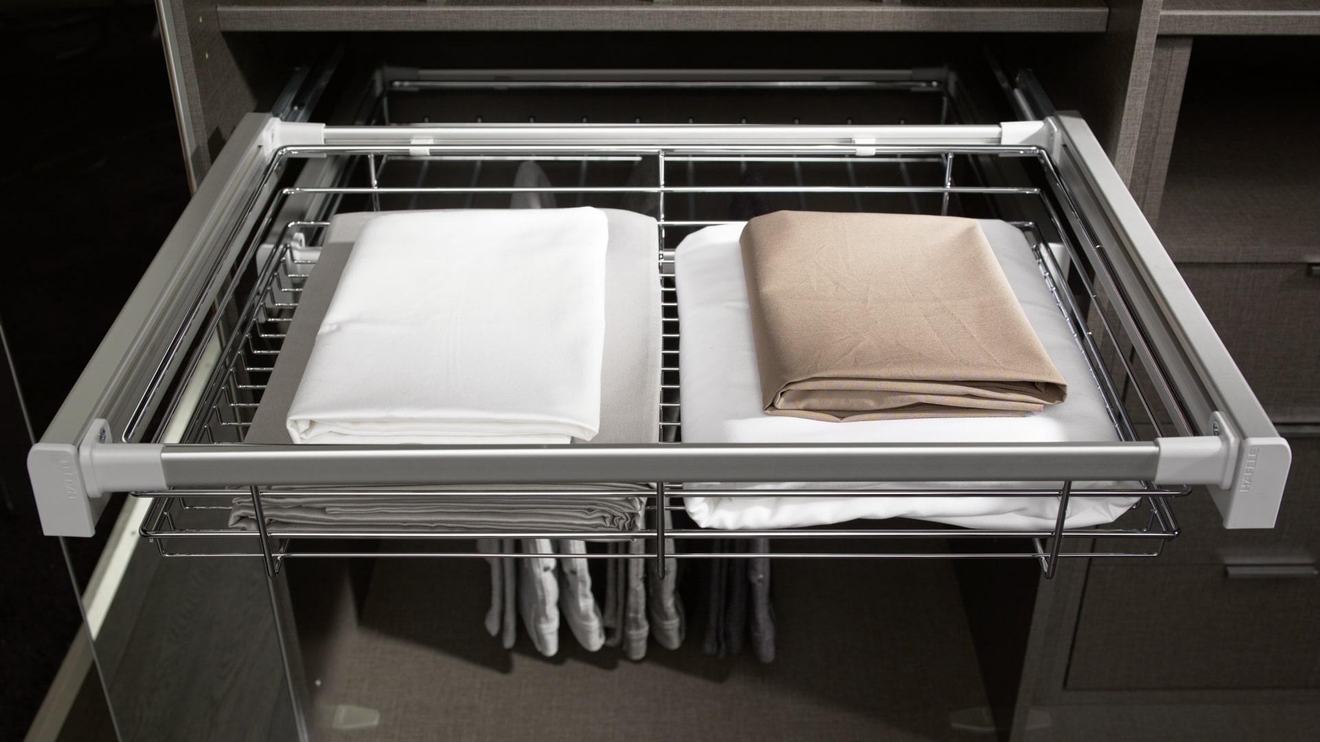 pościel schowana w funkcjonalnych szufladach