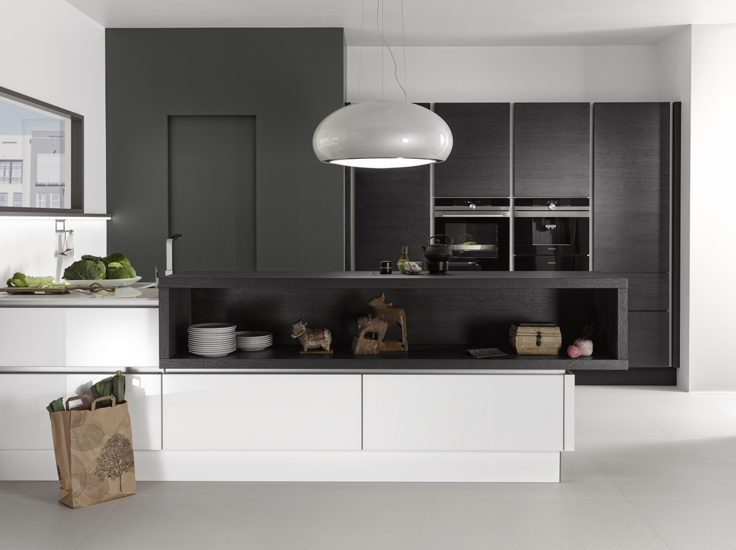 biała kuchnia ze szklanymi frontami nolte kuchen glas tec plus szafy fornirowane