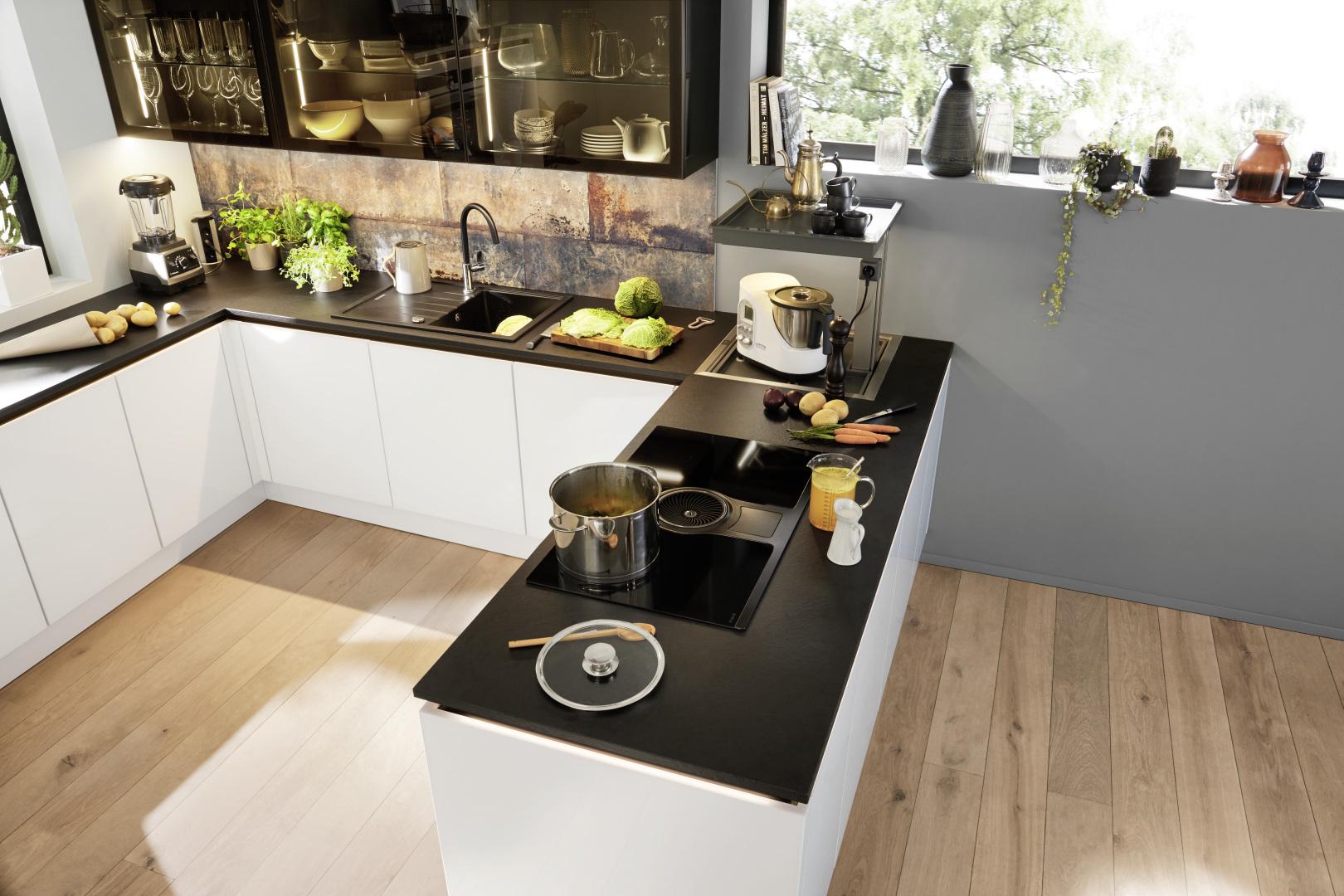 biała kuchnia ze szklanymi frontami nolte kuchen glas tec plus blaty