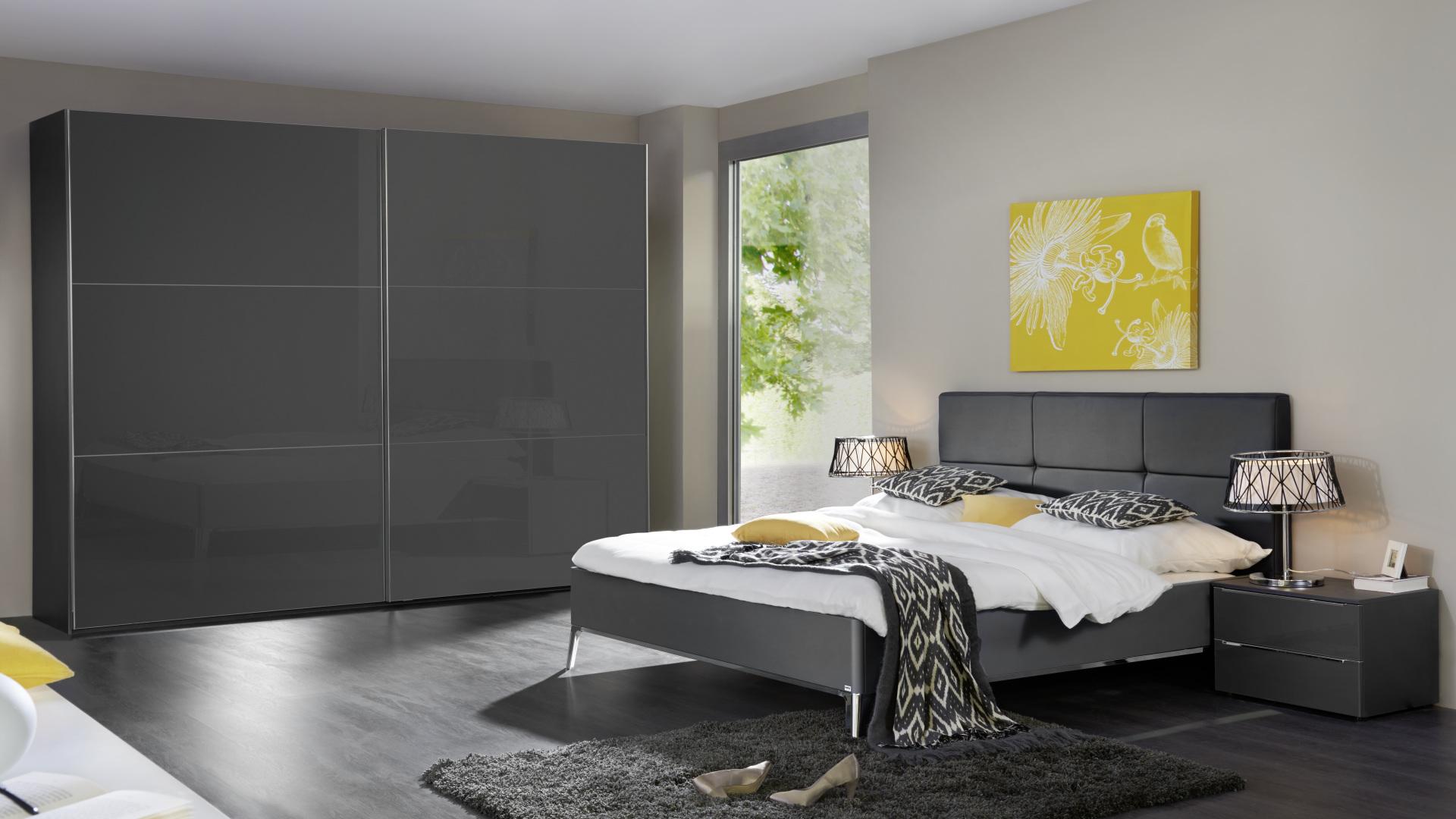 szara szafa i łóżko wyprodukowane w niemczech
