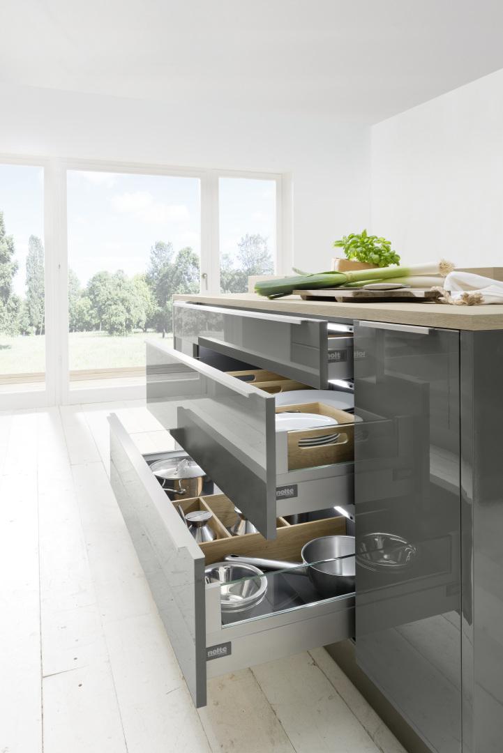 szuflady wysuwane w nowoczesnej kuchni