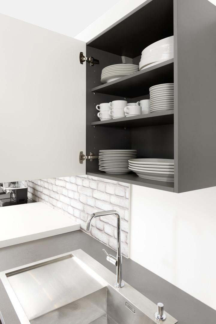 otwarta szafka kuchenna w szarym kolorze