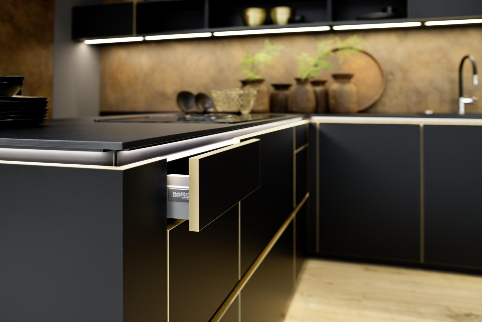 czarna matowa kuchnia ze złotą krawędzią - szuflada