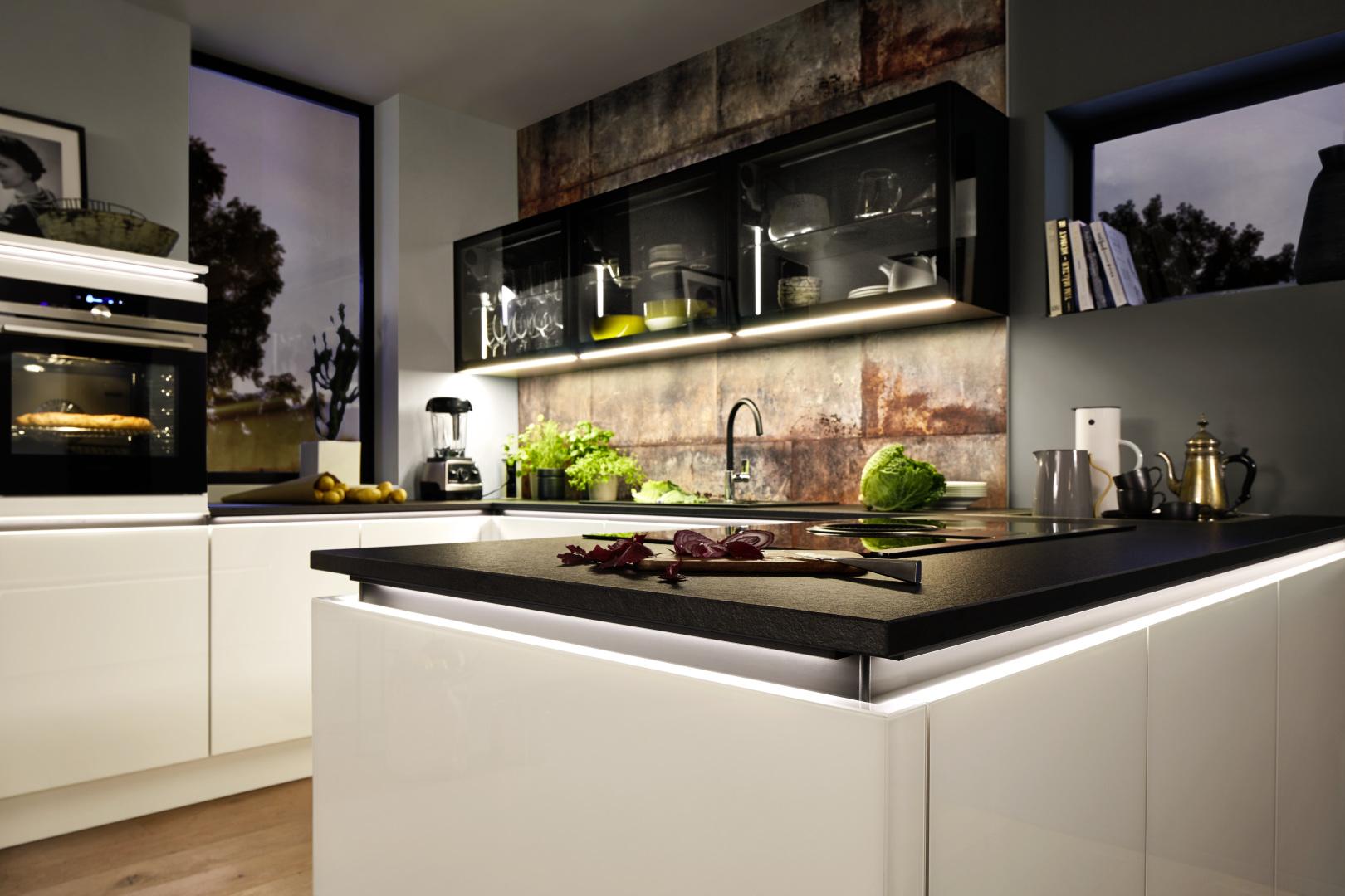 biała kuchnia ze szklanymi frontami nolte kuchen glas tec plus podświetlana listwa uchwytowa
