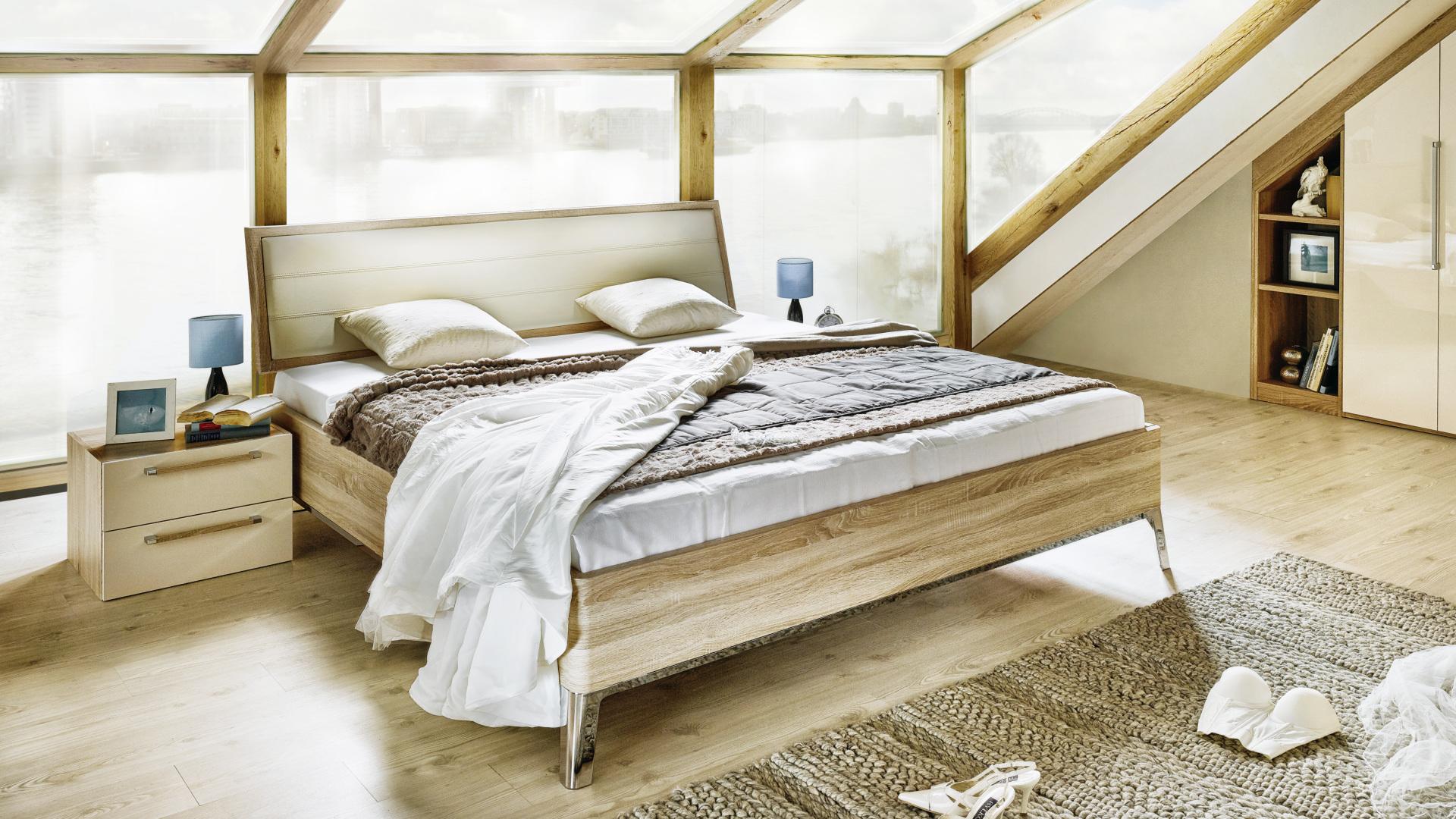 łózko i szafka nocna w jasnej sypialni