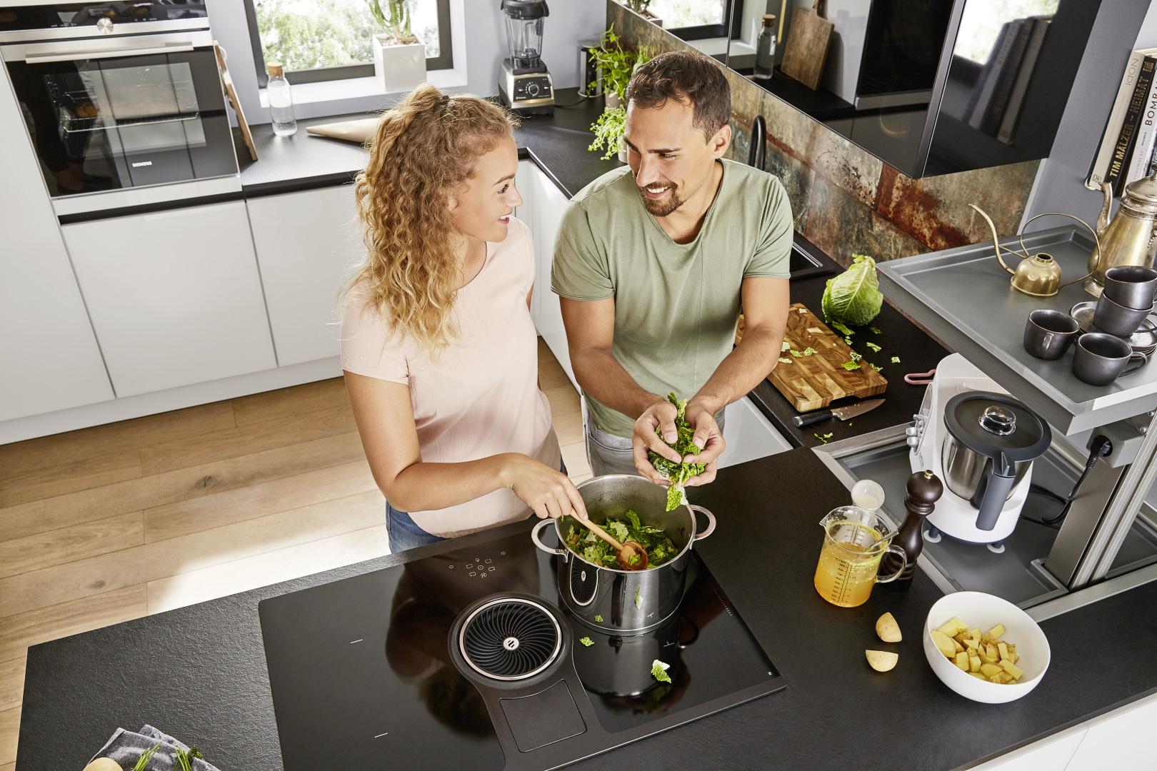 para gotująca posiłek w nowoczesnej kuchni