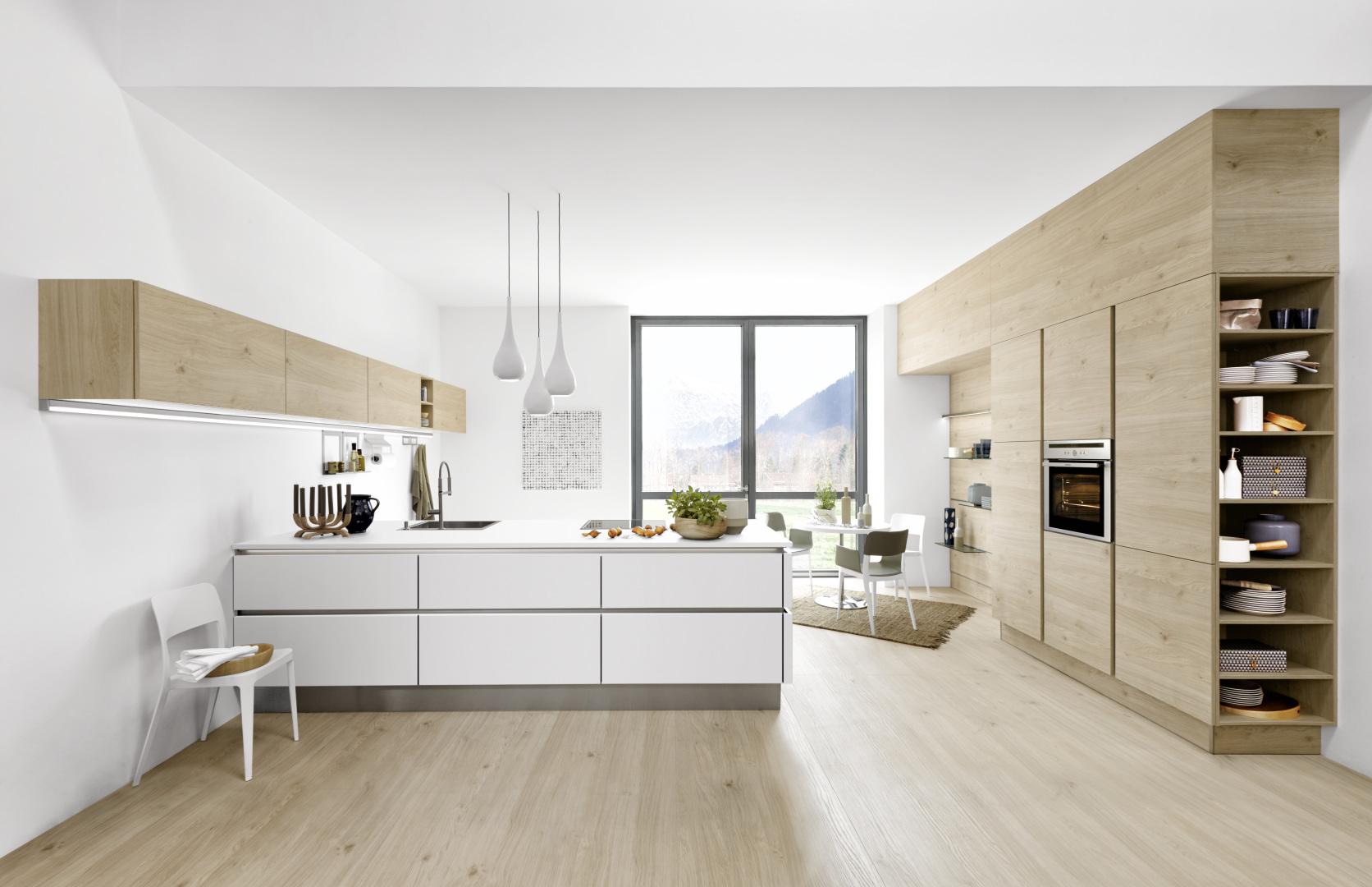 meble kuchenne w białych odcieniach w czystych i designerskich wnętrzach