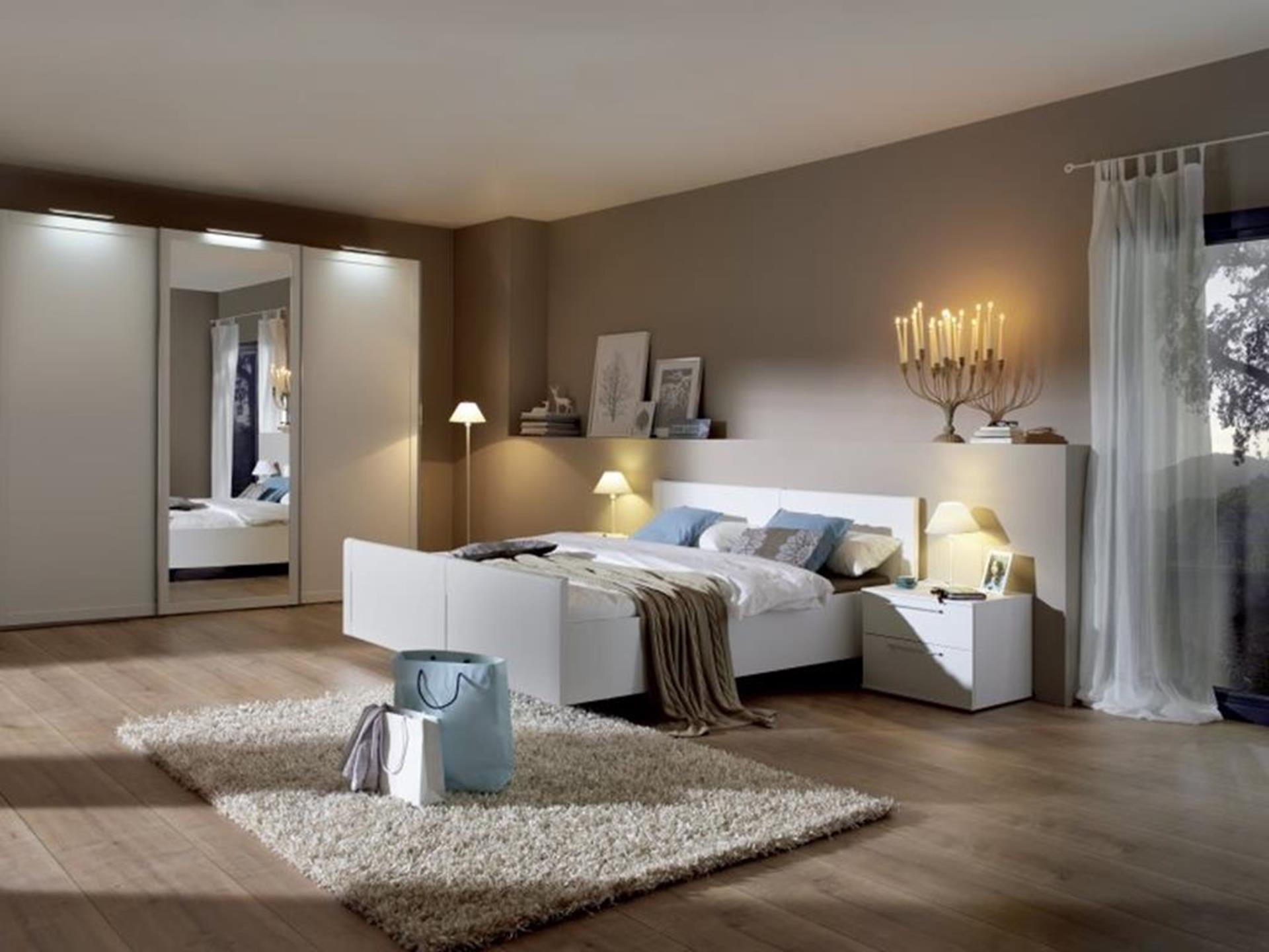 łóżko i szafki nocne w ciepłym i przyjaznym pomieszczeniu