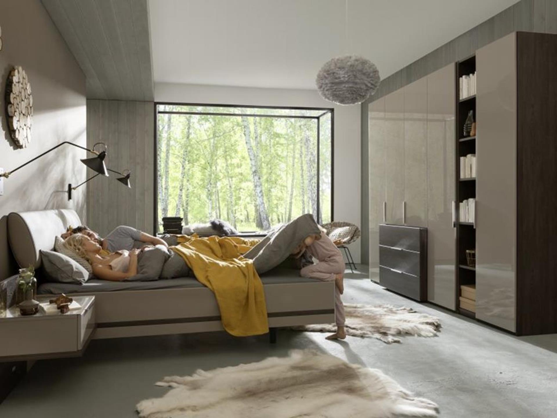 szafa na wysoki połysk w nowoczesnej warszawskiej sypialni