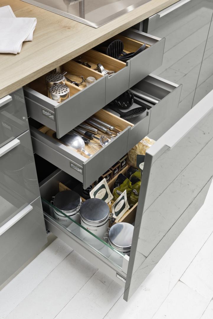 płytkie szuflady wysuwane w kuchni na wysoki połysk