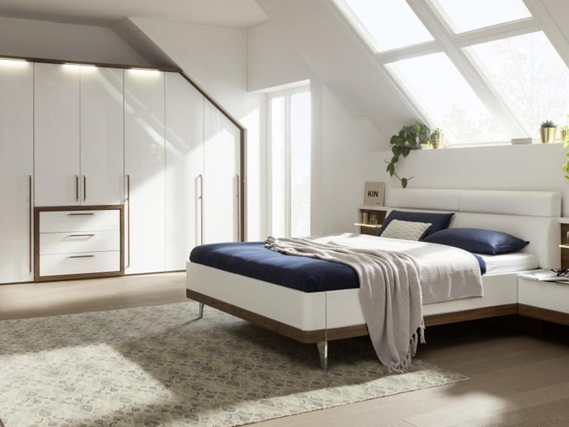 elegancka sypialnia z łóżkiem i szafą niemieckiego producenta