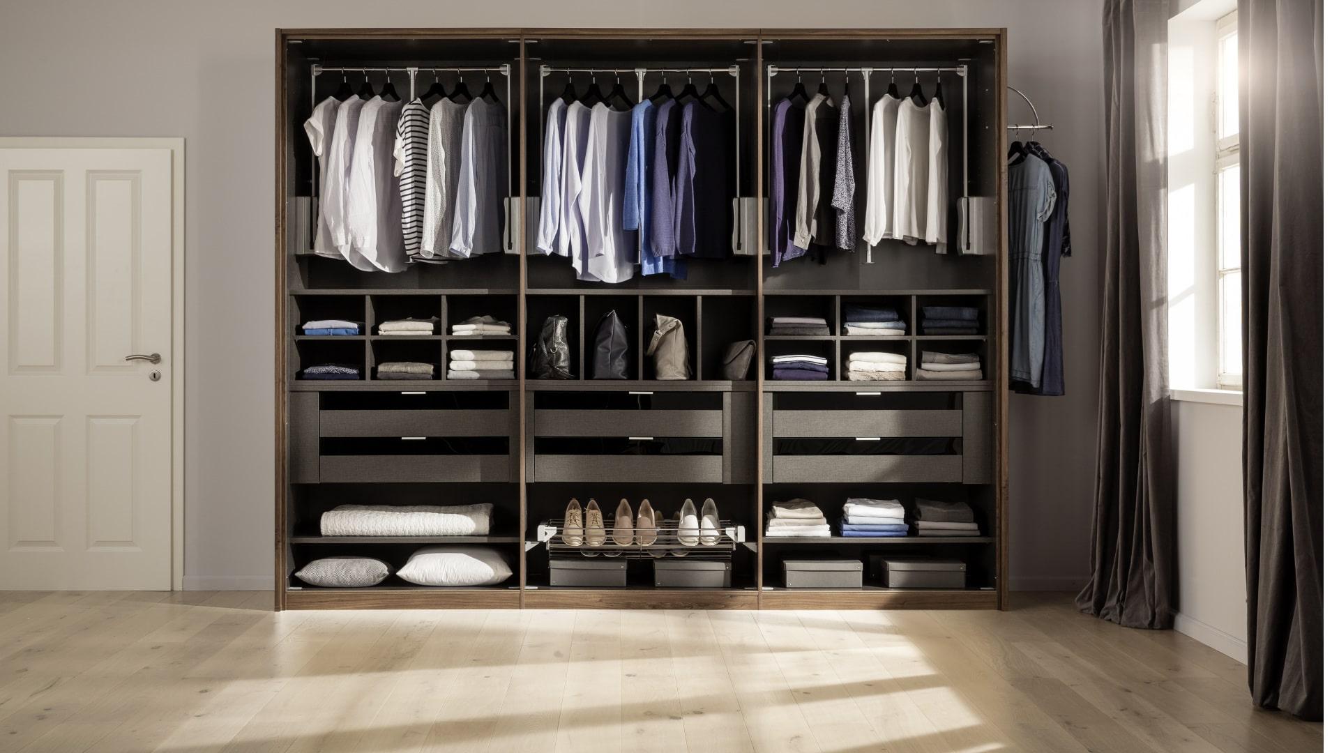 szafa z funkcją garderoby na otwartej przestrzeni
