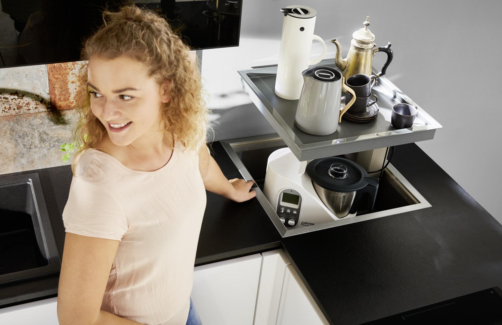 biała kuchnia ze szklanymi frontami nolte kuchen glas tec plus szafka chowana w blacie