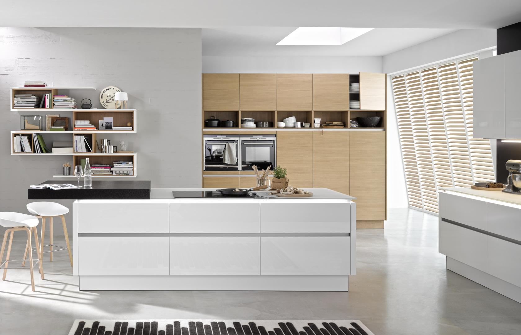 Biała kuchnia lakierowana z fornirowanymi dodatkami