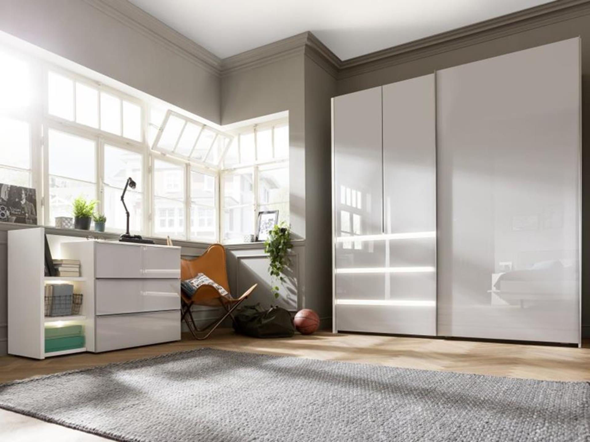 szafa w jasnym i przestronnym mieszkaniu