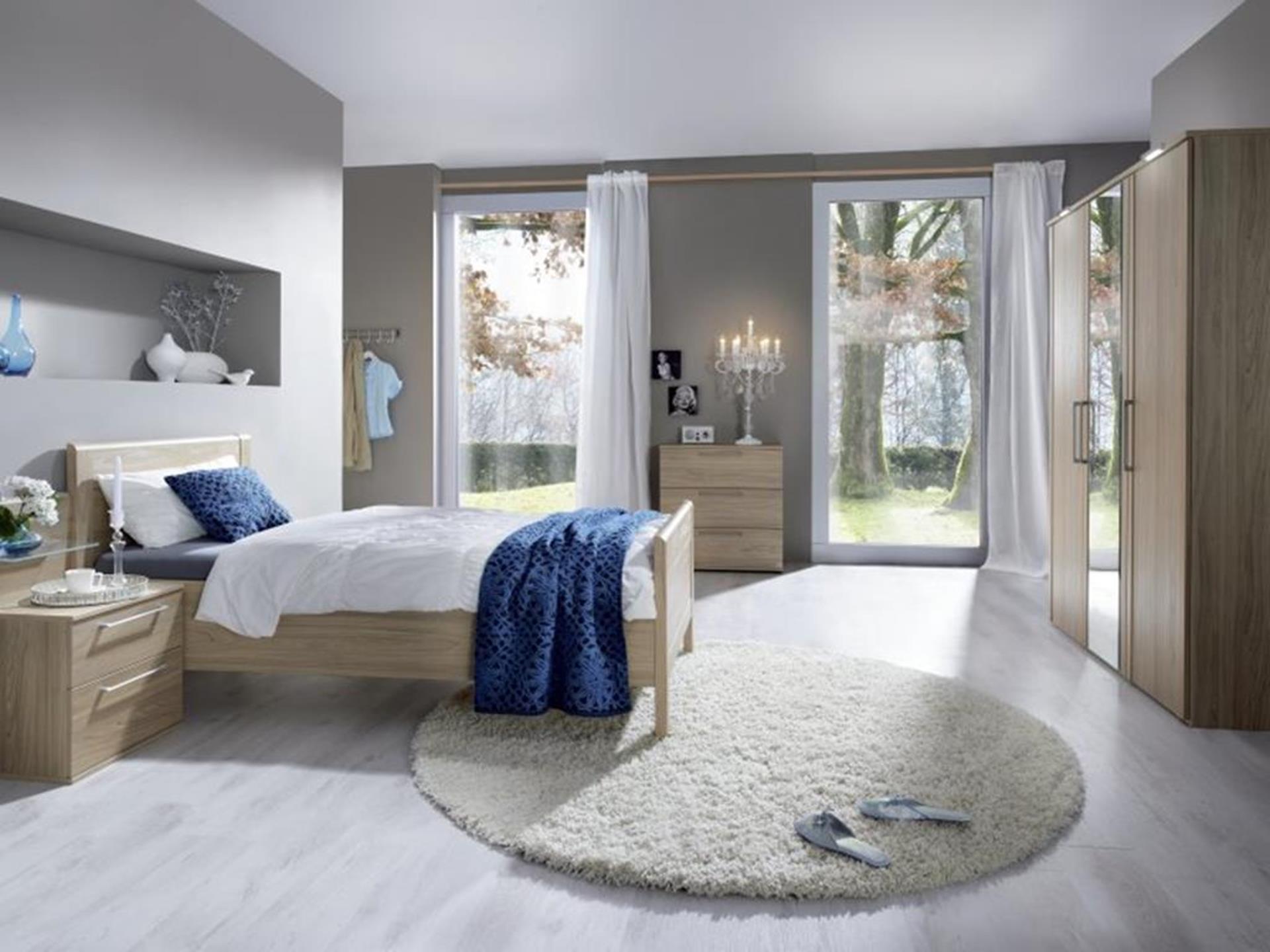 sypialnia z drewnianymi elementami