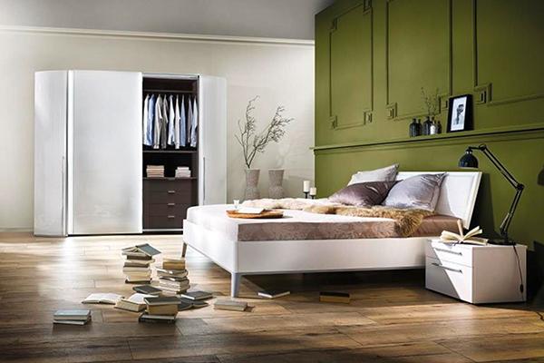 jasna sypialnia z meblami