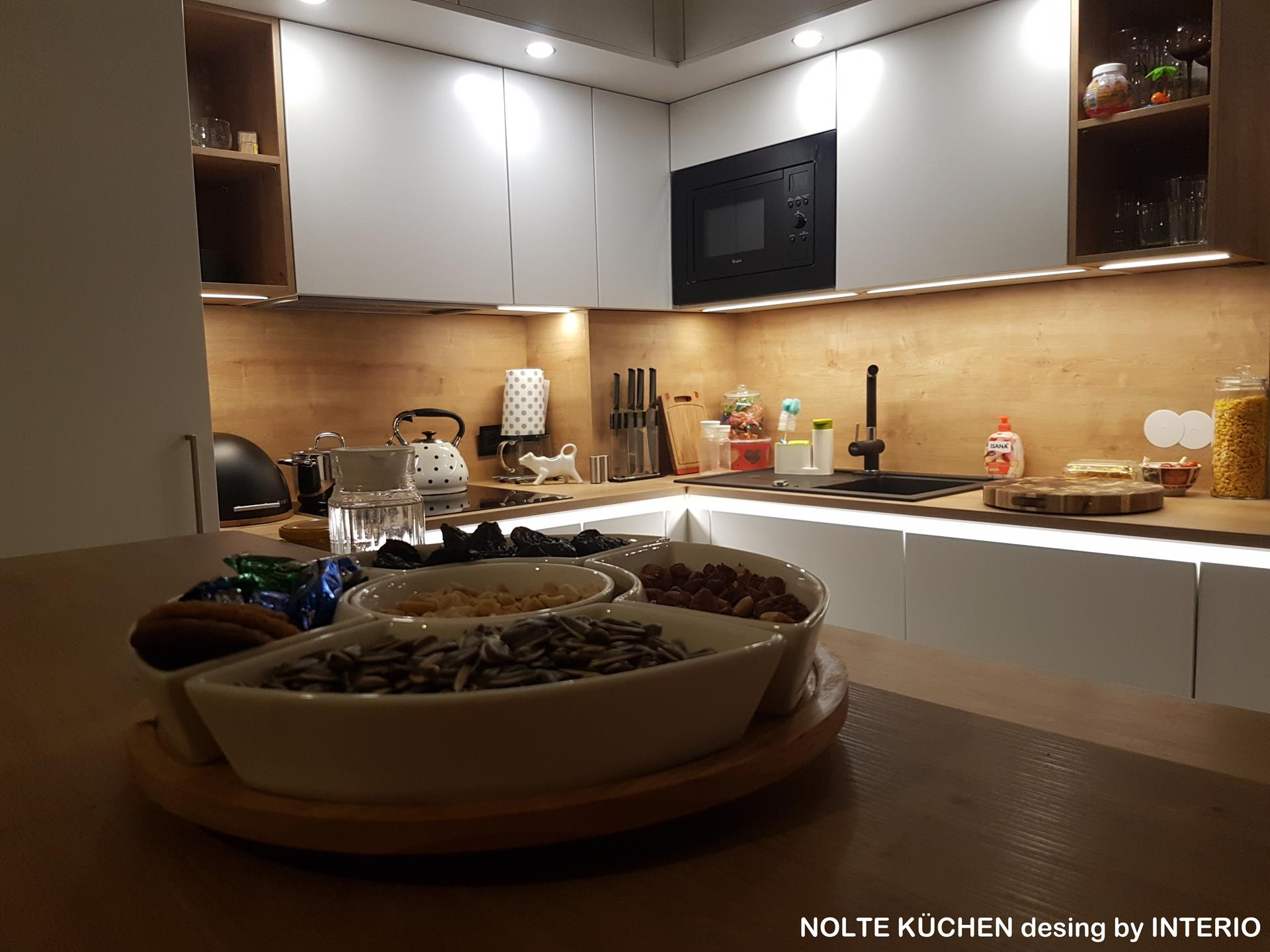 biała kuchnia z dębowymi dodatkami