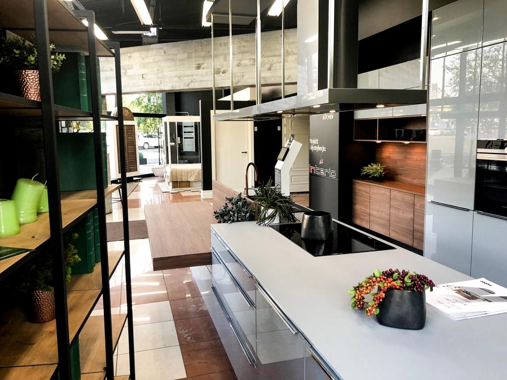 szara kuchnia lakierowana na wysoki po ysk z akcentami w kolorze orzecha nolte nova lack. Black Bedroom Furniture Sets. Home Design Ideas