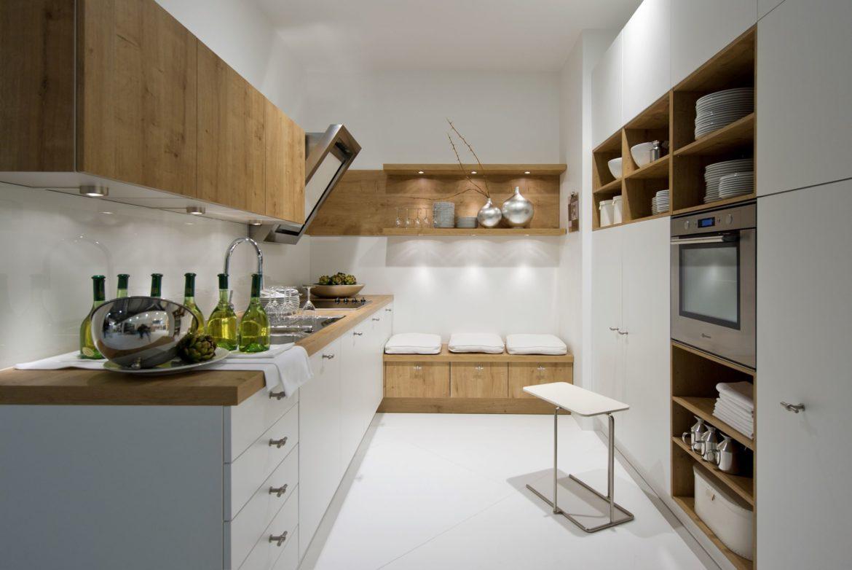 Biała kuchnia z drewnianymi blatami 1